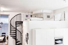Parvi on rakennettu kylpyhuoneen päälle. Kaide on tehty itse kromatuista Bauhausin pöydänjaloista. Niihin porattiin reiät, joiden läpi pujotettiin vaijeri kaiteeksi. Parvella on Mikko Junturan grafiikkaa ja julisteita. Valkoiset Fatboyt ovat oivia loikoiluun ja lueskeluun. Parvi on myös perheen vierashuone.