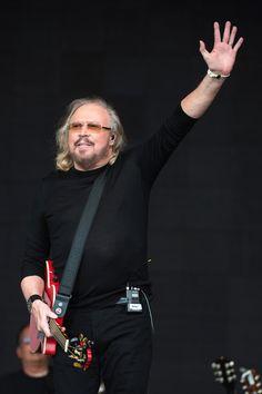 Barry Gibb Photos Photos - Barry Gibb performs on day 4 of the Glastonbury Festival 2017 at Worthy Farm, Pilton on June 25, 2017 in Glastonbury, England. - Glastonbury Festival 2017 - Day 4/eo