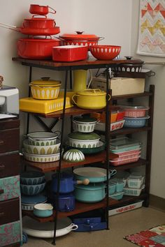 catherineholm, pyrex, and all sorts of vintage goodies sorted by color!-----I LOVE all the vintage colors and dishes! Vintage Kitchenware, Vintage Dishes, Vintage Pyrex, Vintage Enamelware, Vintage Glassware, Mini Tour, Living Vintage, Kitsch, Sweet Home
