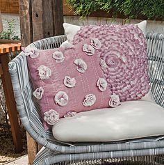 Almofadas rose e cru com aplicação de flores #croche #decoracao #CoatsCorrente