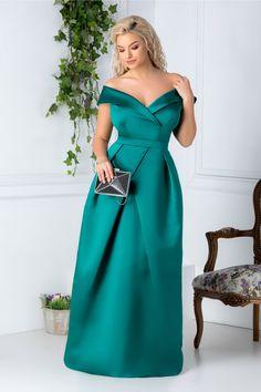 Rochie Daciana eleganta verde lunga - Daca esti invitata la o petrecere intr-o locatie extravaganta si trebuie sa impresionezi, cel mai indicat artificiu este o rochie care sa te puna in evidenta. Rochia Daciana este eleganta si deosebita. Rochie lunga verde de seara Decolteu petrecut cu bretele lasate usor pe umeri Pliuri in talie Cupe Satin Dresses, Strapless Dress Formal, Formal Dresses, Indian Designer Outfits, Designer Dresses, Lilac Bridesmaid Dresses, White Lace Wedding Dress, Africa Dress, Latest African Fashion Dresses