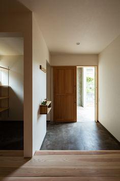 モルタル土間の玄関。シンプルな玄関引戸と合わせて雰囲気のある仕上がりに。撮影  笹倉洋平(笹の倉舎)この写真「玄関」はfeve casa の参加建築家「黒木 大亮/lyhty(リュフト)」が設計した「たかおかのいえ」写真です。「土間のある家 」カテゴリーに投稿されています。