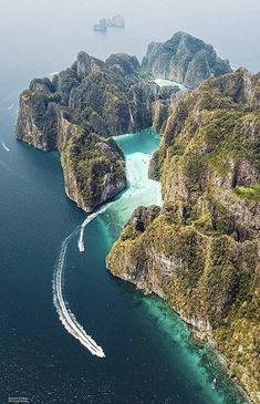 A paradise 🌴 Phi Phi Leh Island, Thailand. Photo by A Catherine paradise 🌴 Phi Phi Leh Island, Thailand. Photo by Vacation Places, Vacation Trips, Vacation Spots, Vacation Travel, Vacation Cuba, Vacation Wear, Vacations, Ilha Phi Phi, Destination Voyage