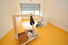 05 maggio 2014 Arrivo dei bancali con  i nuovi mobili degli uffici amministartivi e prime fasi di montaggio