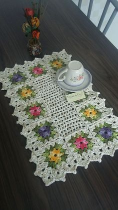 Crochet granny square clothes mom ideas for 2019 Crochet Placemat Patterns, Granny Square Crochet Pattern, Crochet Flower Patterns, Crochet Tablecloth, Crochet Squares, Crochet Granny, Filet Crochet, Crochet Motif, Crochet Doilies