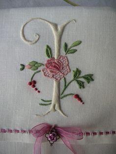 Whitework Monogram  Touraine Embroidery - DSCN9995 (le-grenier-des-trois-soeurs.over-blog.com)