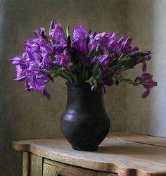 Flower Vases, Flower Arrangements, Cosy House, Still Life Images, Water House, Still Life Photography, Flower Photos, Purple Flowers, Color Mixing