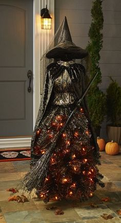 Creative DIY Halloween Outdoor Decorations Ideas for 2019 Halloween Prop, Deco Haloween, Casa Halloween, Creepy Halloween Decorations, Halloween Trees, Halloween Haunted Houses, Outdoor Halloween, Halloween Party Decor, Halloween 2019