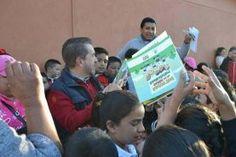 """Reparte el Diputado Federal, Hugo Cabrera, con motivo del día de reyes, libros educativos a niños de la comunidad """"Palo..."""