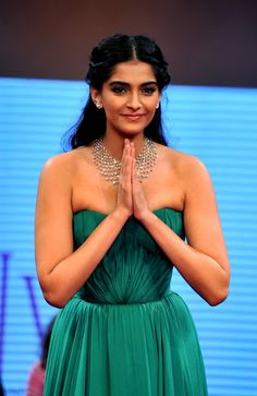 Sonam Kapoor Hot Cleavage Show In Green Dress At The India International Jewelery Week (IIJW) 2012 - Kapoor Cleavage