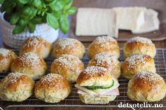 Oh my god - disse rundstykkene er gode! Og hvorfor spise kjedelig brødmat når man kan spise hjemmebakte rundstykker med parmesan og urter... Hamburger, Food And Drink, Rolls, Baking, Parmesan, Dessert, Recipes, Food, Bread Rolls