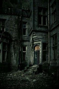 Spotlight Eva van Oosten on her dreamy photography - Ruinen - Architecture Abandoned Castles, Abandoned Mansions, Abandoned Places, Spooky Places, Haunted Places, Old Buildings, Abandoned Buildings, Photo Post Mortem, Creepy Houses