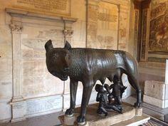 Moeder wolf en Romelus en Remus onder haar.