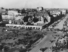 Zdjęcie z 1946 r. Skrzyżowanie Alej Jerozolimskich i ulicy Marszałkowskiej widziane z dachu Hotelu Polonia. W miejscu pustego placu w lewym dolnym rogu jest obecnie wejście do stacji metra Centrum, poprzedzone placykiem zwanym