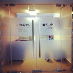 Vinil esmerilado decoración y publicidad en consultorio dental! Dental Design, Medical Office Design, Clinic Design, Double Glass Doors, Frosted Glass Door, Glass Film Design, Storefront Signage, Barber Shop Interior, Office Entrance