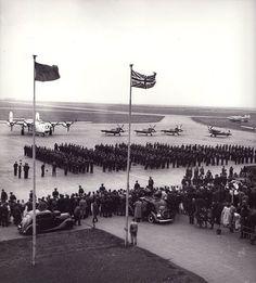 18. srpna 1945, Praha – ruzyňské letiště: Návrat letců. Rare Photos, Ww2, Air Force, Aviation, Aircraft, Military, Pilots, Phoenix, Polish