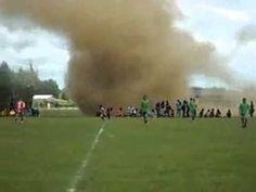 Raro tornado en partido de futbol-!-! - YouTube