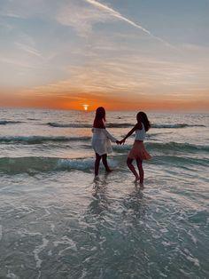 Photos Bff, Best Friend Photos, Best Friend Goals, Bff Pics, Friend Pics, Beach Aesthetic, Summer Aesthetic, Summer Pictures, Beach Pictures