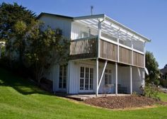 Places to Stay in Auckland New Zealand. Seaside cottage with 3 bedrooms to rent for £107 per night. Sleeps 6.