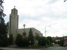 Esto es la inglesa Husův sbor. Es una inglesa  de Jan Hus. Es en la calle Elišky Přemyslovny  y es en la plaza pequeňa.