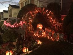 Spook your guests & neighbours with some spooky Outdoor Halloween decorations. Here are best DIY Outdoor Halloween decor ideas for your front yard or lawn. Hocus Pocus Halloween Decor, Halloween Graveyard, Halloween Tags, Scary Halloween Decorations, Halloween Projects, Halloween Party Decor, Halloween Ideas, Happy Halloween, Halloween Prop