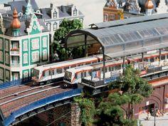 Ein U-Bahn-Zug vom Typ DT4 verlässt den Bahnhof Rödingsmarkt in Richtung Baumwall.