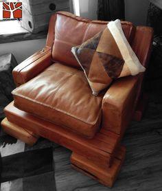Nativo Redwood. Sillón simple de roble rústico con cojines de cuero color café claro, rellenos con pluma y costuras color beige. Dimensiones: 1.00x1.00