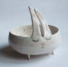 Charles le lapin - bol douce avec jambes et pois pastel, bol lapin, bol lapin jardinière en céramique par clayopera sur Etsy https://www.etsy.com/fr/listing/221239365/charles-le-lapin-bol-douce-avec-jambes