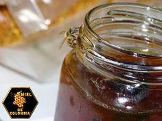 Miel de Colombia para las Uñas  - Fortalece las uñas: mezclando la miel con una cucharadita de vinagre de manzana obtendremos un endurecedor de uñas natural y eficaz. - Reduce las ojeras: Aplicar una capa de miel durante media hora, aporximadamente, y al menos dos veces a la semana, reducirá notablemente las ojeras producidas por el estrés y el cansancio.  pedidos: 3012020777 - 3117402833  ventas@mieldecolombia.com www.mieldecolombia.com