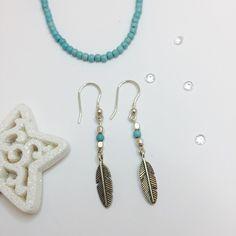 Boucles d'oreille Plume  Magnifiques boucles d'oreille de 8 cm en argent, composées d'une chaîne fine se terminant par une perle facetée de couleur, de perles argent et d'un pendentif plume. Peuvent être assorties à leur collier !  #missmaybijoux #bijoux #bouclesdoreille #earrings #jewelry #silver