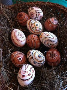 Sorbische Ostereier - Sorbian Easter Eggs Egg Tree, Ukrainian Easter Eggs, Vintage Tins, Black And White Design, Egg Decorating, Wood Sculpture, Diy Projects To Try, Easter Crafts, Diy And Crafts