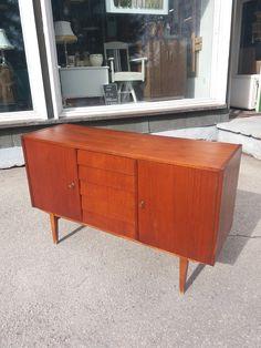 Upea 60 -luvun senkki, siistikuntoinen, pieniä käytön jälkiä. Kaappeihin avaimet (ei alkuperäiset), toisen saa lukkoon, toista ei. Kaapeista puuttuvat hyllyt. Leveys 126 cm, korkeus 79 cm, syvyys 41 cm. 320 euroa. Credenza, Cabinet, Storage, Furniture, Vintage, Design, Home Decor, Clothes Stand, Purse Storage