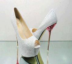 Sapato Cinza brilhante com salto dourado