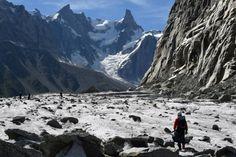 Un bénévole collecte des déchets sur le glacier la Mer de Glace à Mont-Blanc…