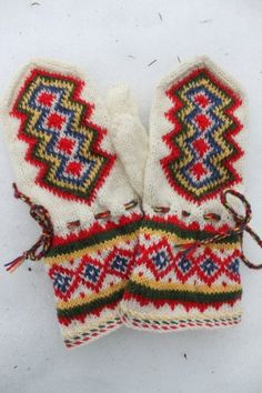 Rovaniemi mittens: wishing i'd gone and taken susanna hannson's class @ the nordic heritage museum this fall, darn it. Knit Mittens, Knitted Gloves, Knitting Socks, Knitting Projects, Knitting Patterns, Wrist Warmers, Fair Isle Knitting, Handicraft, Knit Crochet