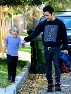 Star Tracks: Wednesday, January 15, 2014 | Pete Wentz gives son Bronx, 5, a hand on the way to school in Sherman Oaks, California on Tuesday morning.