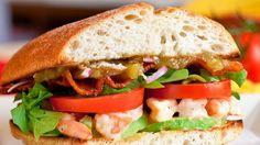 Un original y lleno de sabor sándwich de camarones al estilo BLT. | 16 Deliciosas recetas de sándwiches tan fáciles que no te lo vas a creer