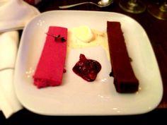 Rezept Dessert Digital Cuisine: Portweinfeigen mit Cassismousse und weißer Schokoladen-Chili-Eiscreme