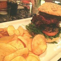 Hamburger con pollo croccante e chips