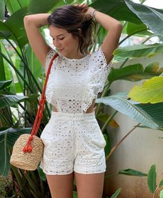 A imagem pode conter: 1 pessoa, em pé e ar livre Chic Outfits, Trendy Outfits, Summer Outfits, Fashion Outfits, Look Fashion, Asian Fashion, Baby Dress Design, Dressy Shorts, Chor