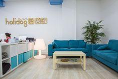La start-up Holidog, leader européen de la garde d'animaux, a récemment emménagé dans de nouveaux locaux en plein centre de Paris. L'entreprise a fait appel à Kollori pour la décoration de ses bureaux.  Dès l'entrée dans l'espace, c'est une table de ping-pong ainsi