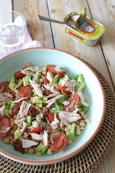 Salade met avocado, tonijn, kikkererwten & tomaatjes (Gemaakt op 3 maart, makkelijk, lekker en handig om mee te nemen als lunch/diner)