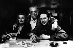 Charles Bukowski entre os atores Faye Dunaway e Mickey Rourke do filme Barfly
