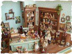 I think thtis a teddy bear shoppe Vitrine Miniature, Miniature Rooms, Miniature Crafts, Miniature Furniture, Dollhouse Furniture, Dollhouse Dolls, Dollhouse Miniatures, Teddy Bear Shop, Tiny Teddies