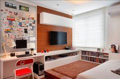 Quarto Jovem by Paula Neder Arquitetura. Projeto interiores arquitetura, persiana, cortina, tv, painel, madeira, adolescente, filho, estudar,