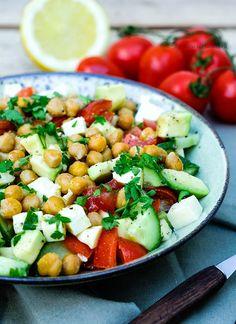 Rezept: Sommerlich frischer Kichererbsensalat mit Avocado, Salatgurke, Tomaten, Mozzarella und einer erfrischenden Zitronen Vinaigrette
