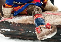 Gakti are the traditional clothing worn by the Sámi people. They are worn both in ceremonial contexts and while working, especially when herding reindeer. Enjoy this outstanding picture! #Culture #TraditionalClothes #Lapland