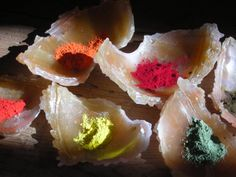 Las tierras de colores, son usadas desde la Prehistoria como pigmentos naturales. Las más puras, son sólo minerales secados y triturados pero algunas incluso tienen denominación de origen, como la Siena Natural, que hace referencia a las tierras ocres de la Toscana. A menudo este es el origen de los colores naturales de Foc i Fum. www.focifum.es