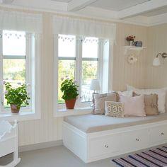 «Åh, så fin platsbyggd soffa hemma hos @camillaslandligehjem. Här hade jag gärna suttit med en bok och bara slappat! »