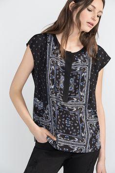 Blusa manca corta caída. Cuello redondo con tapeta y patchwork de estampado bandana